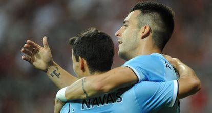 Negredo celebra un gol abrazando a Navas