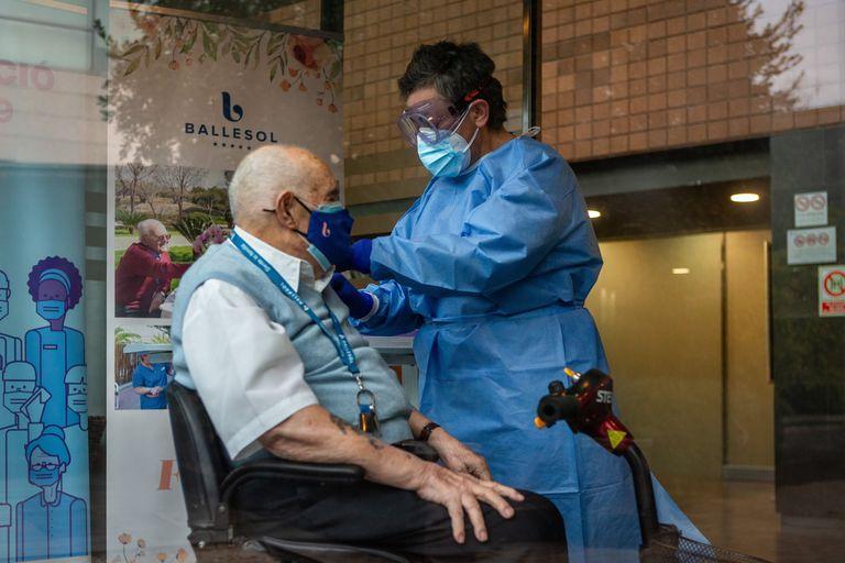 Un usuario de residencias es vacunado en Badalona.