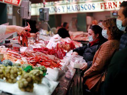 Un puesto de pescados y mariscos en el Mercado Central de Valencia, este miércoles.