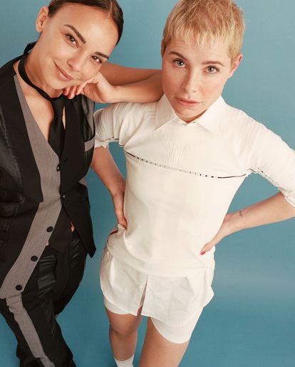 Soraya lleva camisa Dsquared2 y camiseta y 'short' Prada. Chenoa viste corbata Prada y chaleco y pantalón Shoop.