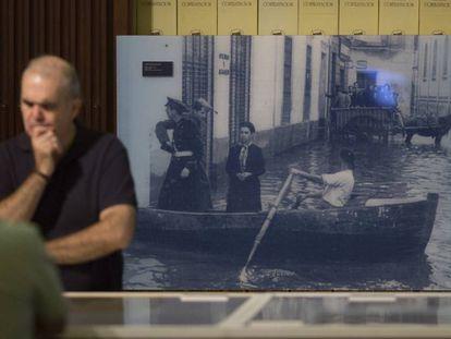 Imagen de la riada en la calle Trajano de Sevilla en 1947, presente en la exposición 'Guadalquivir mapas y relatos de un río', en el Archivo de Indias de Sevilla.