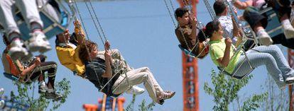 Sillas voladoras en el parque de atracciones Warner.