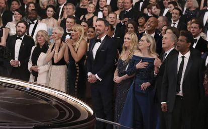 Ben Affleck, en el centro, y su hermano Casey, a la izquierda de la imagen con otros actores durante la ceremonia de los Oscar de 2016,