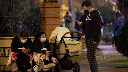 Vecinos de Granada en una calle del barrio del Zaidín en la noche de este martes.