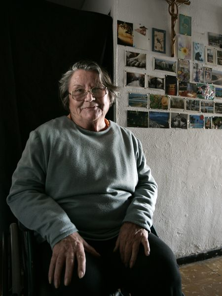 Madeleine Z., enferma de esclerosis lateral amiotrófica (ELA), fotografiada en su casa de Alicante, en diciembre de 2006. Madeleine se quitó la vida el 12 de enero de 2007, acompañada por un grupo proeutanasia.