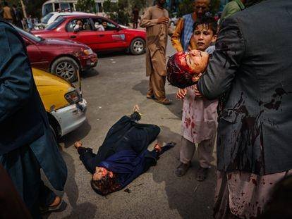 Una mujer y un niño, heridos por los talibanes en el aeropuerto de Kabul el 17.