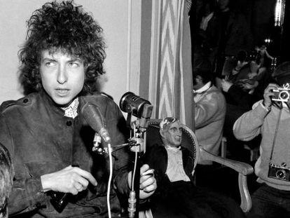 Bob Dylan, encantado de dar una rueda de prensa en París en 1966