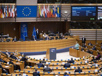 Angela Merkel da un discurso durante una visita al Parlamento Europeo, el pasado 9 de julio.