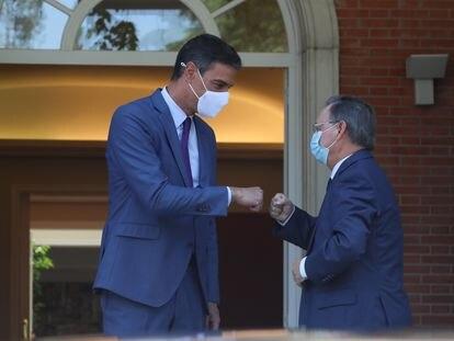 El presidente del Gobierno, Pedro Sánchez, y el presidente de la ciudad autónoma de Ceuta, Juan Jesús Vivas, se saludan antes de su reunión en La Moncloa, este miércoles.