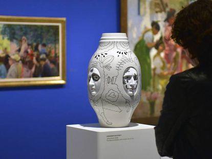 Una mujer visita la exposición 'Colección Lladró'.