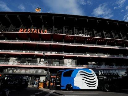 El autobús del Atalanta, delante de la fachada de Mestalla.