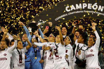 Jugadoras de Ferroviaria celebran la Copa Libertadores conquistada este domingo en Buenos Aires.