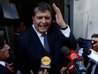 El expresidente de Perú Alan García en la sede de la fiscalía en Lima en febrero de 2017.
