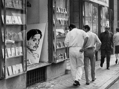 Fachada de la librería Antonio Machado de Madrid, tras el atentado del 29 de octubre de 1971.