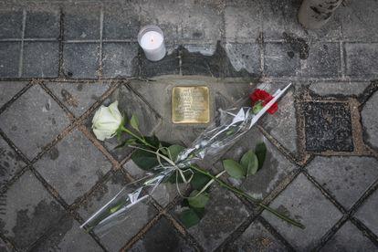Dvd 1055  28/5/21 Instalación de adoquines metálicos en los portales  donde vivieron republicanos deportados a campos de concentración nazis. KIKE PARA.