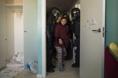 Una mujer es desahuciada en Madrid por la policía en 2015.