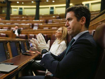 El secretario general del PP, Teodoro García Egea, en el Congreso, con guantes, durante el pleno para informar de la declaración del estado de alarma.