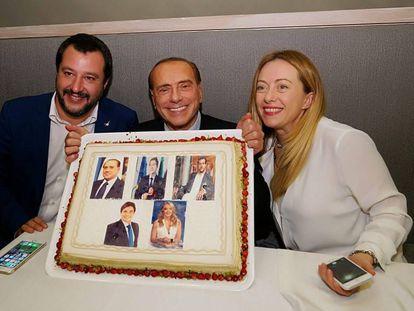 Silvio Berlusconi, Matteo Salvini y Giorgia Meloni celebran su coalición en un restaurante de Catania el pasado jueves.