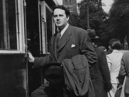 El escritor estadounidense Thomas Wolfe se sube a un tranvía en Berlín en 1935.
