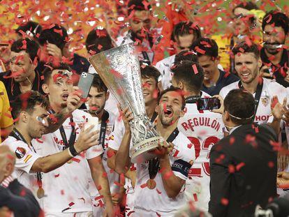 Jesús Navas levanta el trofeo que acredita al Sevilla como ganador de la Europa League.