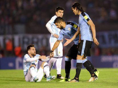 Suárez y Cavani ofrecen su ayuda a Messi tras una falta.