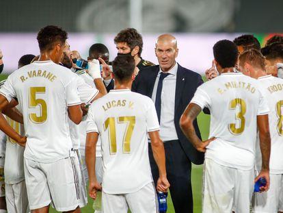 Zidane habla con sus jugadores durante una pausa del partido Real Madrid-Alavés.
