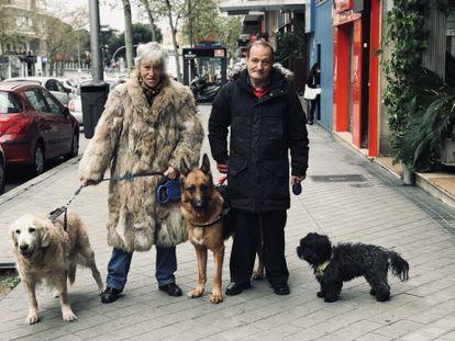 Nines y Paco, matrimonio, pasean a sus tres perros, Nana, Apolo y Chiqui