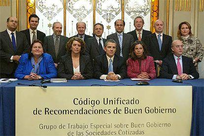 El presidente de la CNMV, Manuel Conthe, sentado en el centro, con los autores del nuevo código.