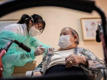 Una anciana de la residencia de mayores Domusvi de Leganés, en Madrid, recibe una dosis de la vacuna a principios de enero.