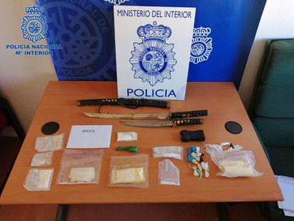 La droga 'speed' junto con armas y materiales incautados a los detenidos por la Policía Nacional en Tudela (Navarra).