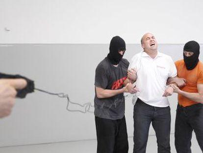 Defensores y detractores capaces de probar en su propia piel la pistola eléctrica