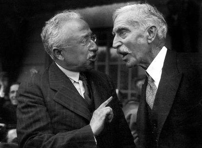 A la izquierda de la foto, Niceto Alcalá-Zamora, presidente de la Segunda República, conversa con el presidente de la Generalitat de Cataluña, Francesc Macià, en 1931.