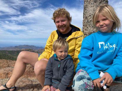 El ingeniero checo Tomas Rehor y sus hijos, de excursión en Gran Canaria