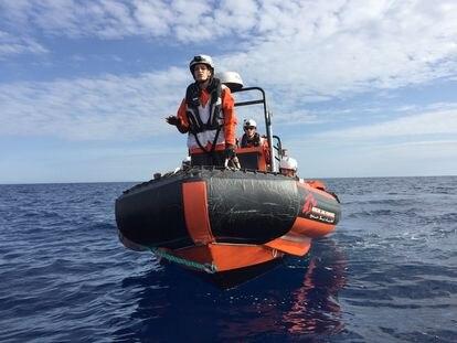Julie Melichar, responsable de derechos humanos de la misión de MSF del 'Geo Barents', durante los ejercicios de salvamento.
