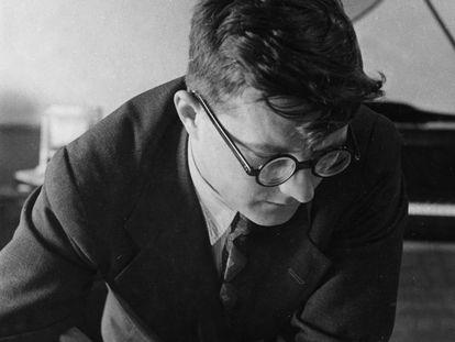El compositor Dmitri Shostakóvich, en su estudio en 1938.