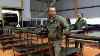 Militares ayudan con las labores de habilitación de un polideportivo en la Ciudad Autónoma de Ceuta, con la intención de realojar en este lugar a los más de 100 marroquíes que no pueden volver a su país de origen debido al cierre fronterizo decretado por Marruecos.