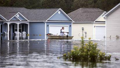 Un hombre pasea en barca por las calles inundadas tras el huracán Florence en Longs, Carolina del Sur.