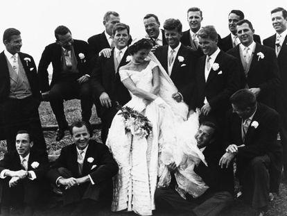 Jackie y Jphn Kennedy, rodeados de amigos y familiares el día de su boda.