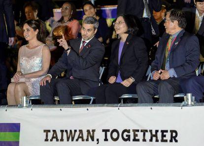 La presidenta de Taiwán, Tsai Ing-wen, y su homólogo paraguayo, Mario Abdo Benítez, asisten a un espectáculo de luces con motivo del Día Nacional de Taiwán en Taipei
