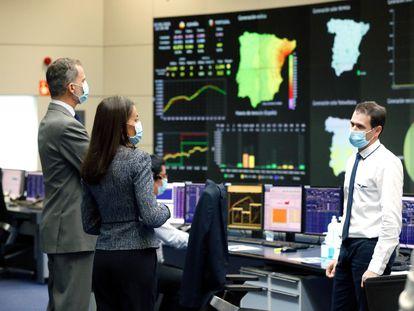 El Rey Felipe VI y a la Reina Letizia durante su visita a las instalaciones del Centro de Control de Electricidad en Madrid, este jueves.