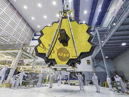 Vista del telescopio espacial James Webb con sus espejos completamente desplegados.