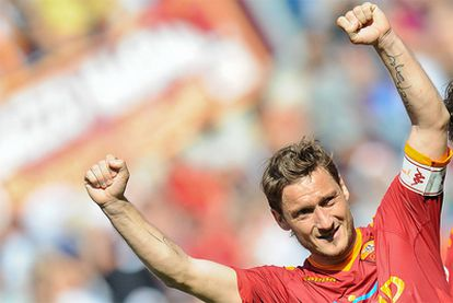 Francesco Totti celebra uno de sus goles ante el Cagliari.