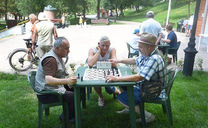 Tres hombres juegan al ajedrez, este julio en un parque de Samara (Rusia).