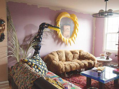 Un espejo con marco hinchable junto a un sofá de peluche en el apartamento de Misha Kahn en Greenpoint (Nueva York).