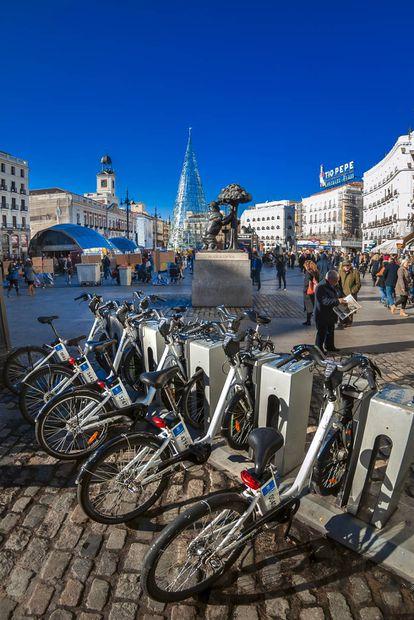 Bicicletas eléctricas de uso compartido en la Puerta del Sol de Madrid.
