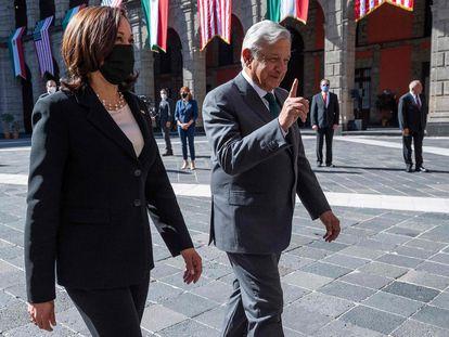 El presidente mexicano, Andrés Manuel López Obrador, recibe a la vicepresidenta de EE UU, Kamala Harris.
