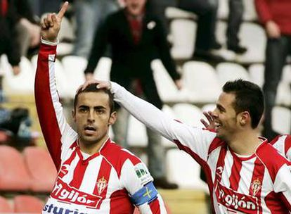 Diego Castro celebra con Carmelo el gol del Sporting.