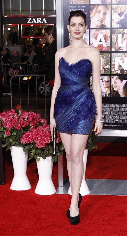 """La actriz estadounidense Anne Hathaway es portada en el número de marzo de la revista <i>InStyle</i> y en sus páginas sorprende con unas declaraciones, en las que asegura que no se considera """"muy guapa"""". """"Tengo unas facciones muy grandes en una cabeza muy pequeña"""", ha apuntado la joven. """"Pero bueno, no por ello me voy a frustrar. Es mi cara. No soy muy guapa. Pero está bien, porque sé que soy yo misma, y al fin y al cabo, ser auténtico es lo más importante"""", ha añadido. La actriz admitió que necesita hacer ejercicio físico para mantener su figura. """"Si no hago ejercicio tengo demasiadas curvas y no estoy nada tonificada; eso no está bien. Se trata de encontrar un equilibrio"""", ha manifestado."""