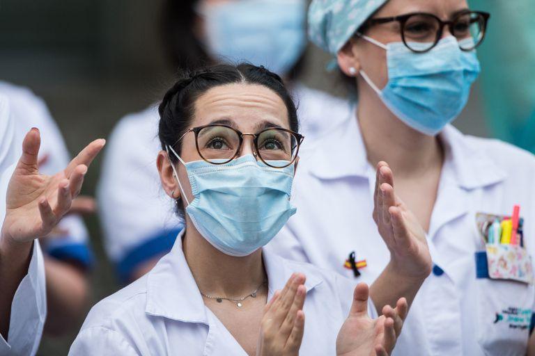 Sanitarias del hospital Fundación Jiménez Díaz de Madrid aplauden en recuerdo de los profesionales fallecidos por coronavirus.