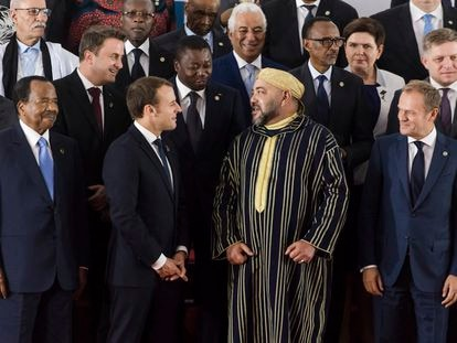 Mohamed VI charla con el presidente francés, Emmanuel Macron mientras es observado por Brahim Gali (primero por la izquierda, arriba), presidente de la RASD y secretario general del Frente Polisario, en una cumbre europea-africana en Abidjan (Costa de Marfil) en 2017.